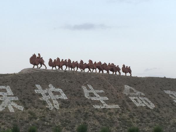 内蒙古高速路旁群雕骆驼
